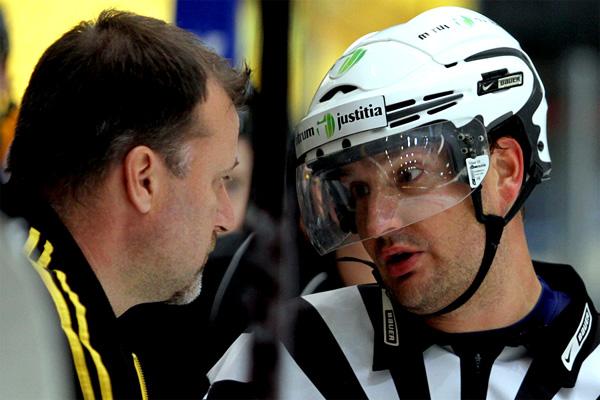 Ilveksen Juha Pajuoja ja päätuomari <b>Jussi Leppänen</b> kävivät neuvottelua. - hpk_ilves_12_IMG_1587_JPG
